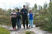 Fire personer på tur i naturen