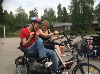 Elev og lærer sykler på skoleområdet